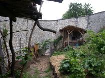 Le jardin des Cairns est entouré d'un grand mur que l'on longe lorsqu'on monte à la Bastille.