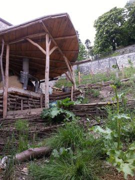 En 2012 l'équipe du jardin à fabriqué cet abri et ce four en terre, nickel pour les pizzas.